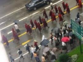 僧侶と民衆によるデモ行進