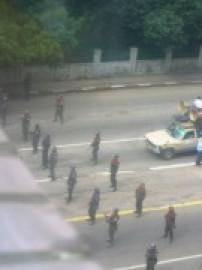 デモを鎮圧しようとする警察